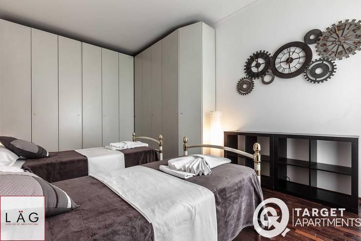 Casa R: Camera da letto in stile  di Architrek