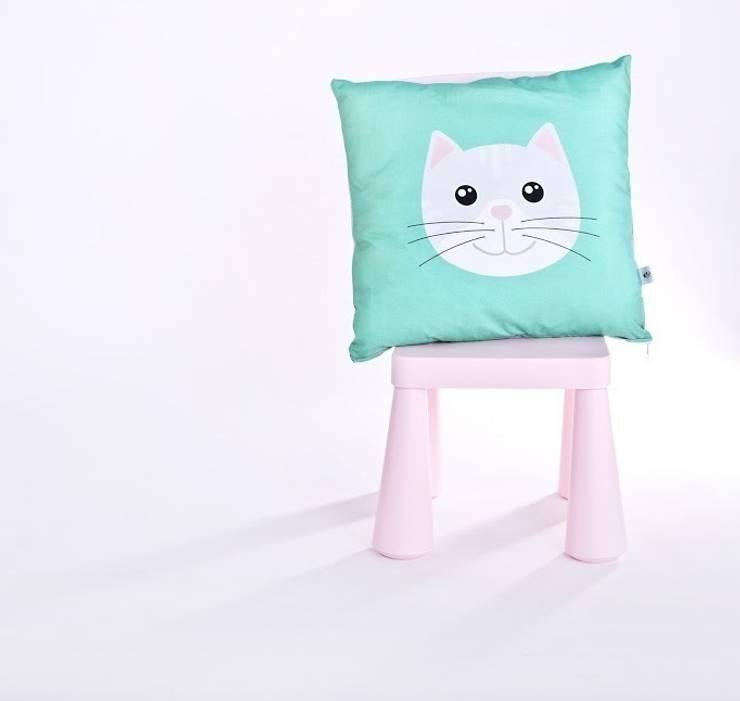 Szary kotek do przytulania: styl , w kategorii Pokój dziecięcy zaprojektowany przez Ma Zo Kreacja