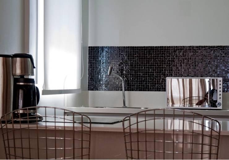 Apartamento jovem solteira Vila Madalena: Cozinhas  por Spazhio Croce Interiores