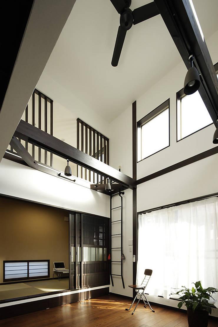 古民家な家: 有限会社タクト設計事務所が手掛けたガレージです。,和風