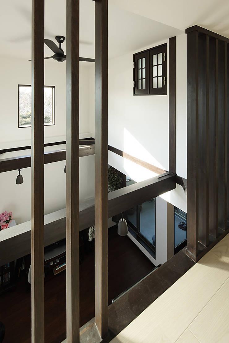 古民家な家: 有限会社タクト設計事務所が手掛けたウォークインクローゼットです。,和風