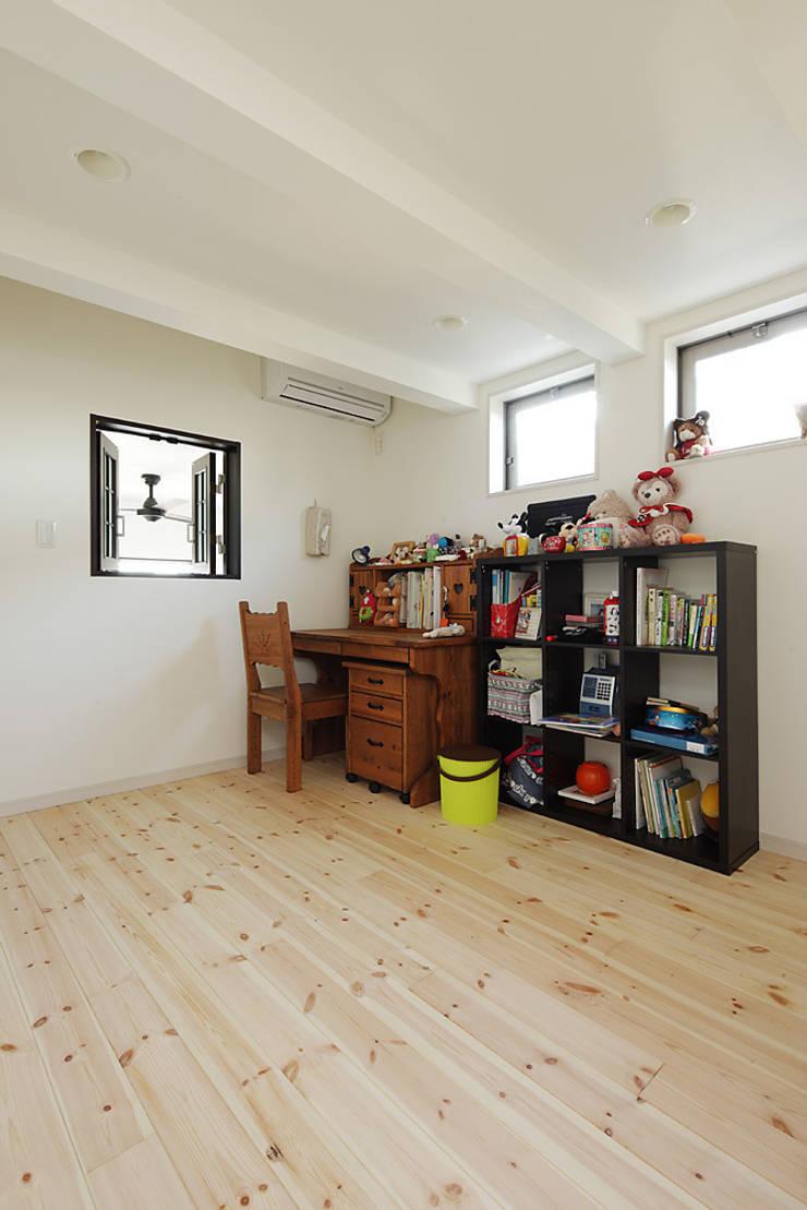 古民家な家: 有限会社タクト設計事務所が手掛けた子供部屋です。,和風
