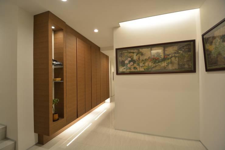アフター写真1階玄関: 依田英和建築設計舎が手掛けたです。