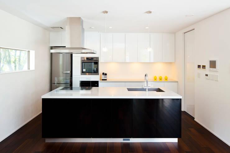 モダンなモノトーンのキッチン: TERAJIMA ARCHITECTSが手掛けたキッチンです。