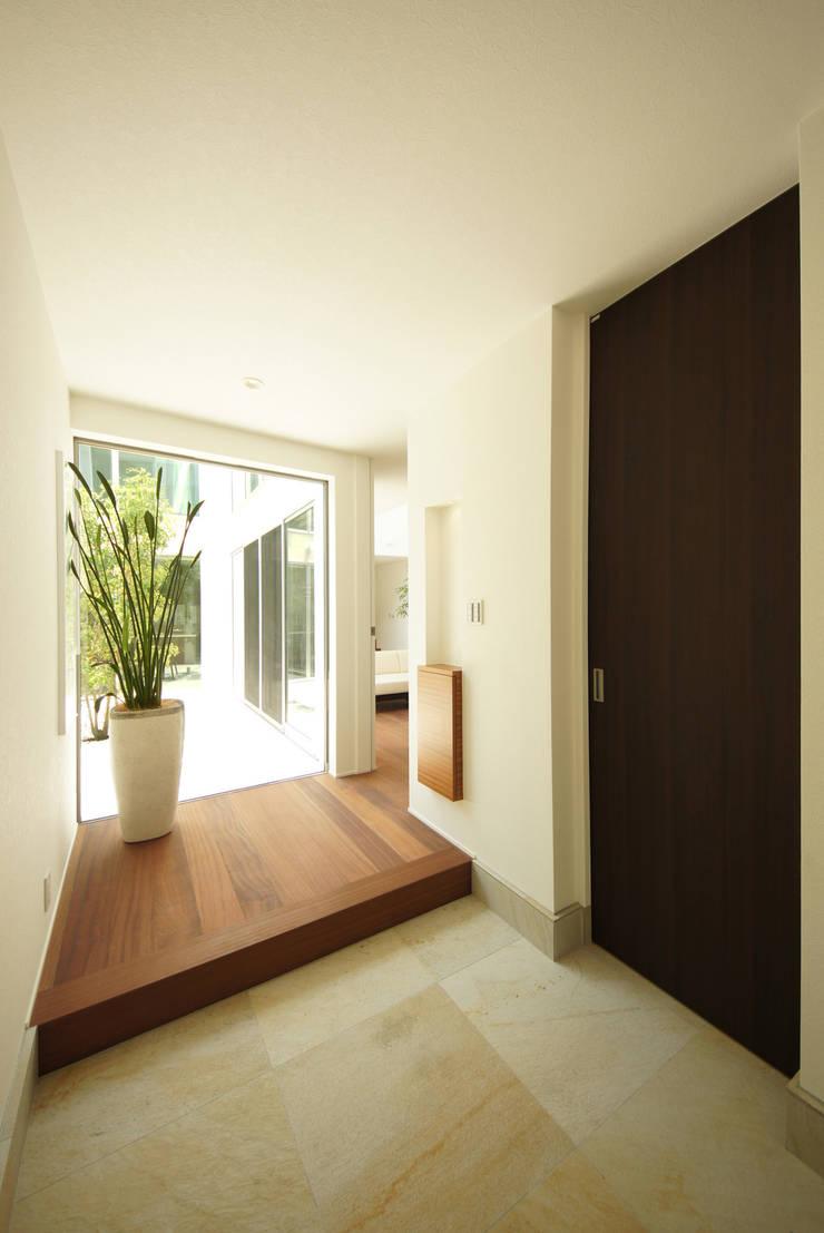 光がこぼれる玄関ホール: TERAJIMA ARCHITECTSが手掛けた廊下 & 玄関です。,
