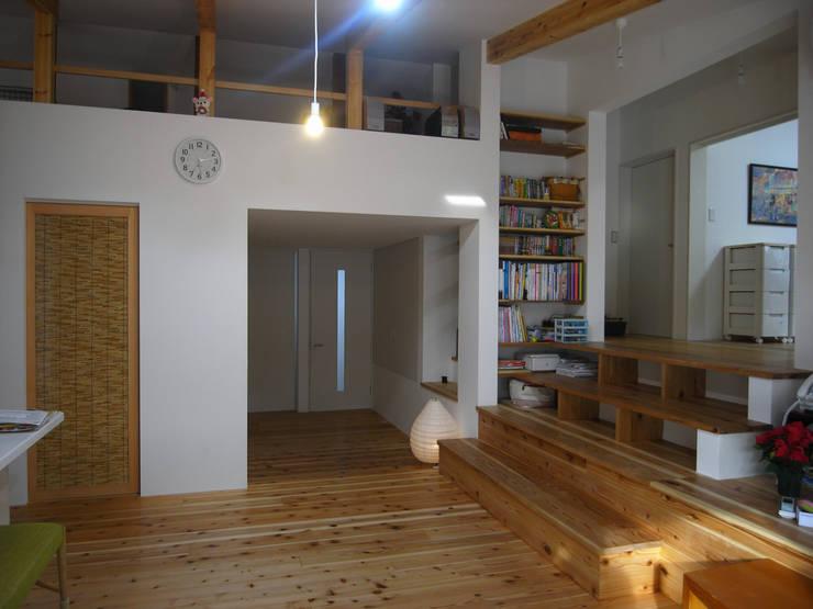 本棚: 奥村幸司建築設計室が手掛けたリビングです。