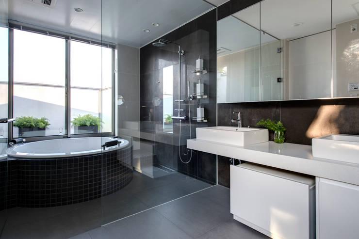 円形バスタブのリゾートバスルーム: TERAJIMA ARCHITECTSが手掛けた浴室です。