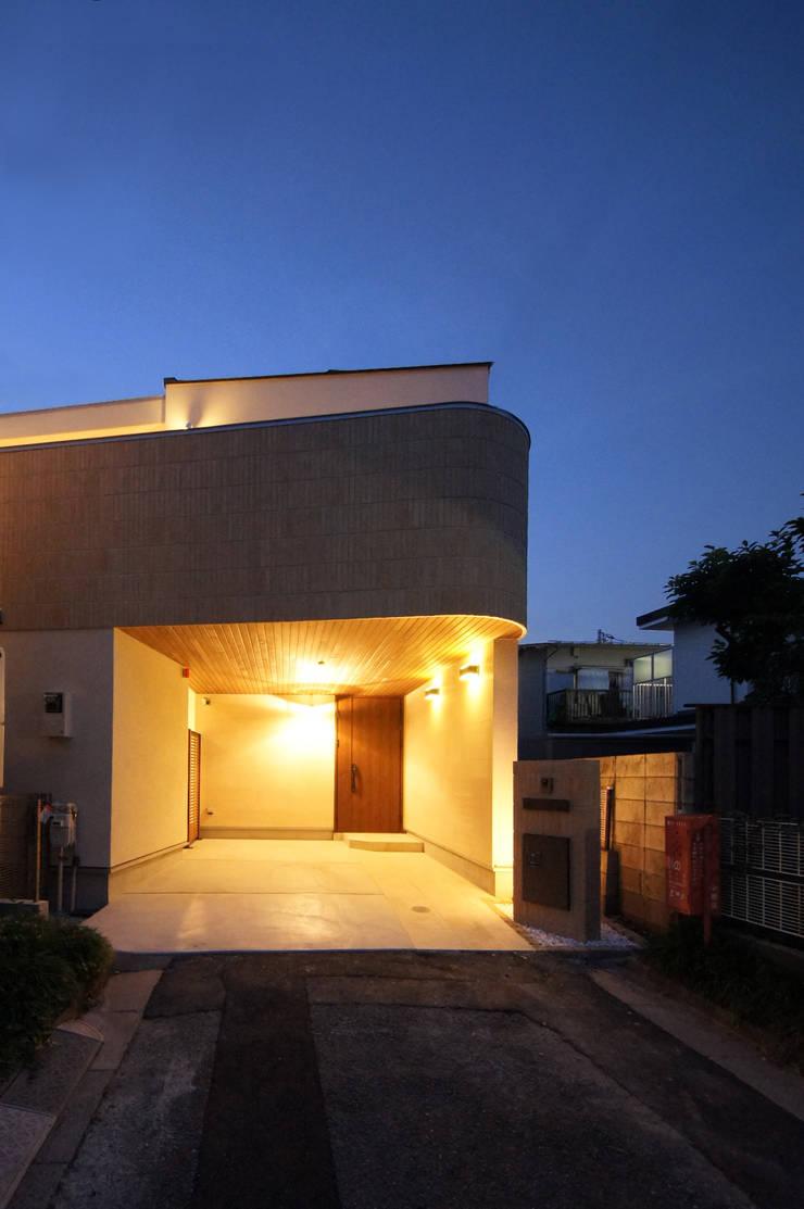 柔らかな曲線を描くファサード: TERAJIMA ARCHITECTSが手掛けた家です。,