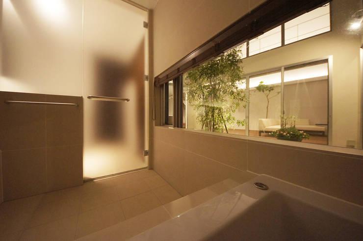 癒しのバスルーム: TERAJIMA ARCHITECTSが手掛けた浴室です。