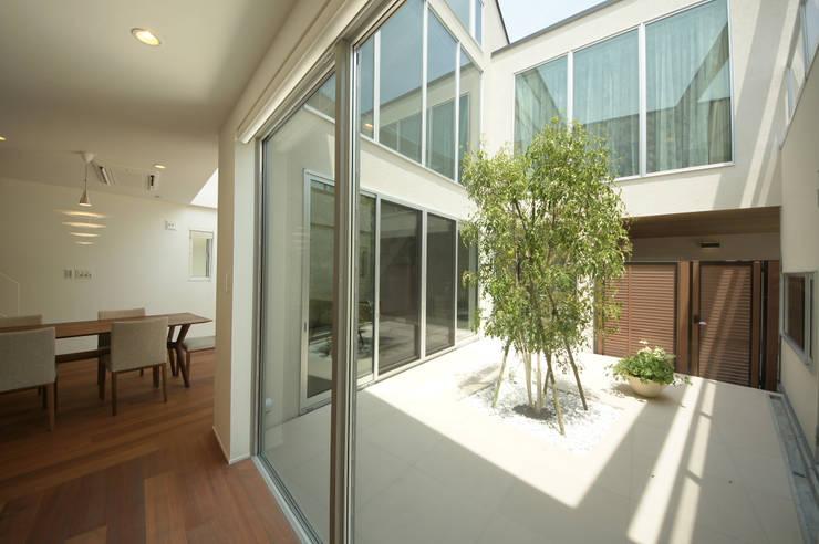 建物の中心に位置するテラス: TERAJIMA ARCHITECTSが手掛けたテラス・ベランダです。