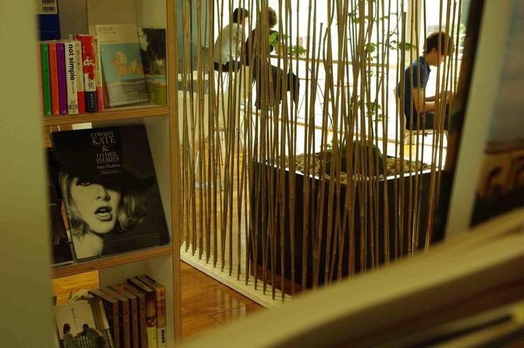 transitory garden 3: 山越健造デザインスタジオ Kenzo Yamakoshi Design Studioが手掛けた商業空間です。