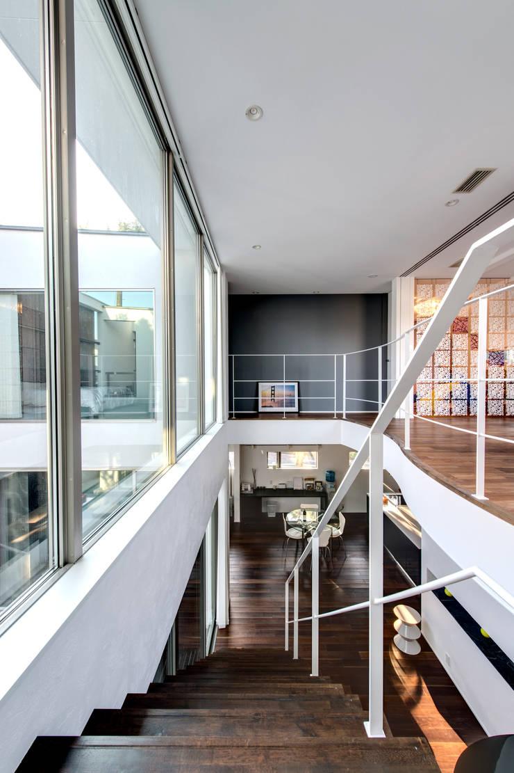 二階から建物全体をのぞむ: TERAJIMA ARCHITECTSが手掛けた廊下 & 玄関です。