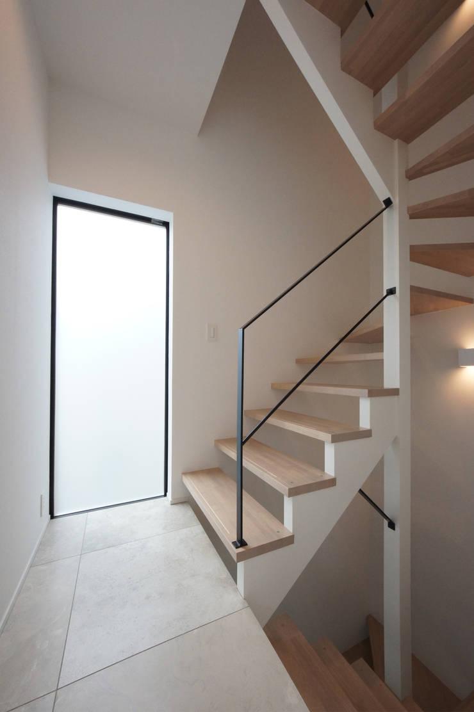 光あふれる階段スペース: TERAJIMA ARCHITECTSが手掛けた廊下 & 玄関です。,