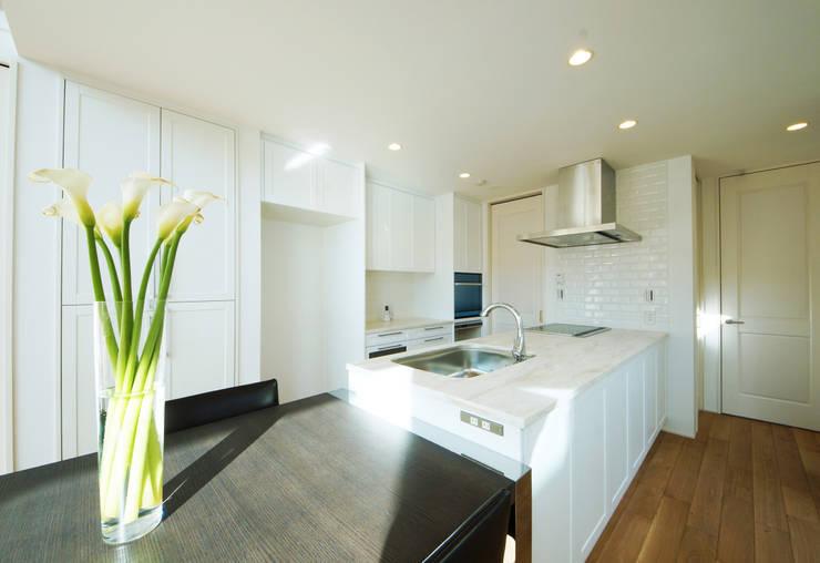 優美なデザインのキッチン: TERAJIMA ARCHITECTSが手掛けたキッチンです。,モダン