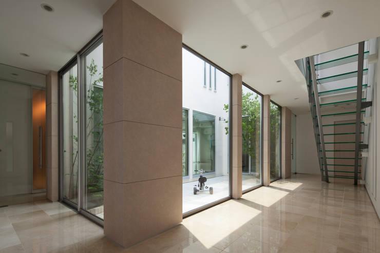 玄関ホール: 依田英和建築設計舎が手掛けた廊下 & 玄関です。