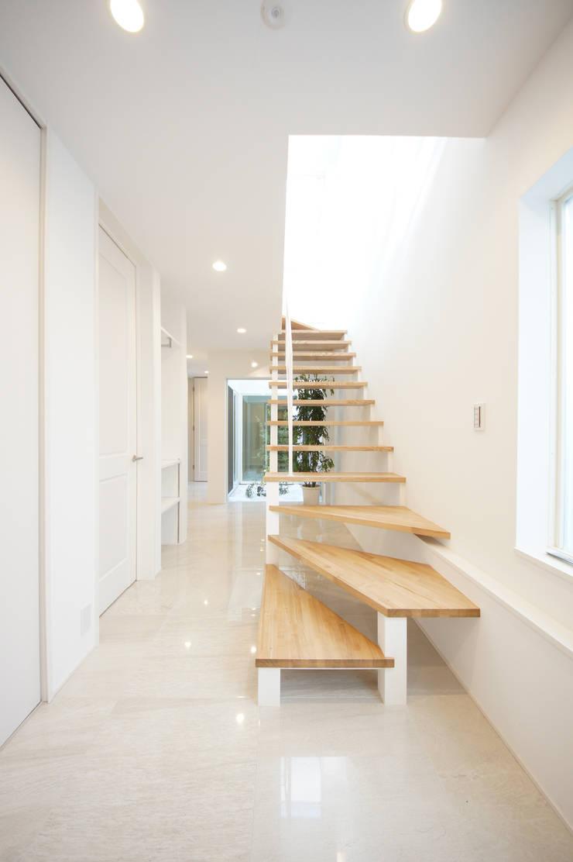 明るいエントランス: TERAJIMA ARCHITECTSが手掛けた廊下 & 玄関です。,モダン