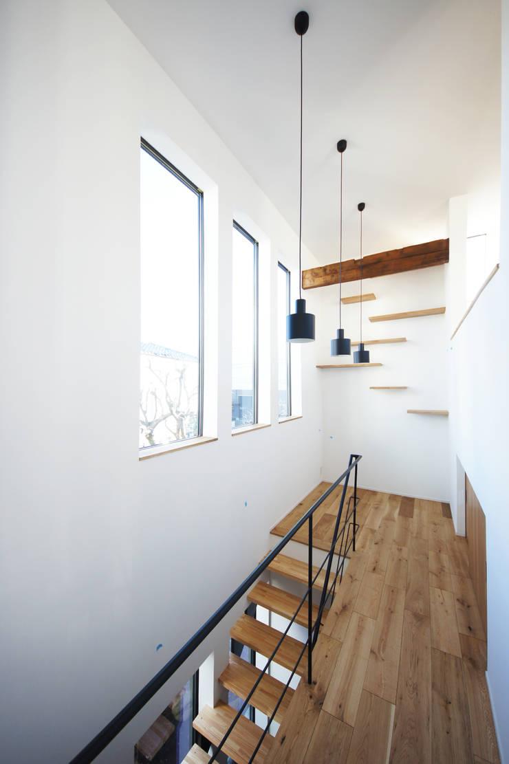 階段ホール: TERAJIMA ARCHITECTSが手掛けた廊下 & 玄関です。