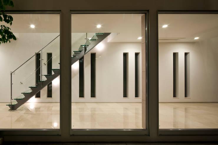光庭より階段を眺める: 依田英和建築設計舎が手掛けた廊下 & 玄関です。