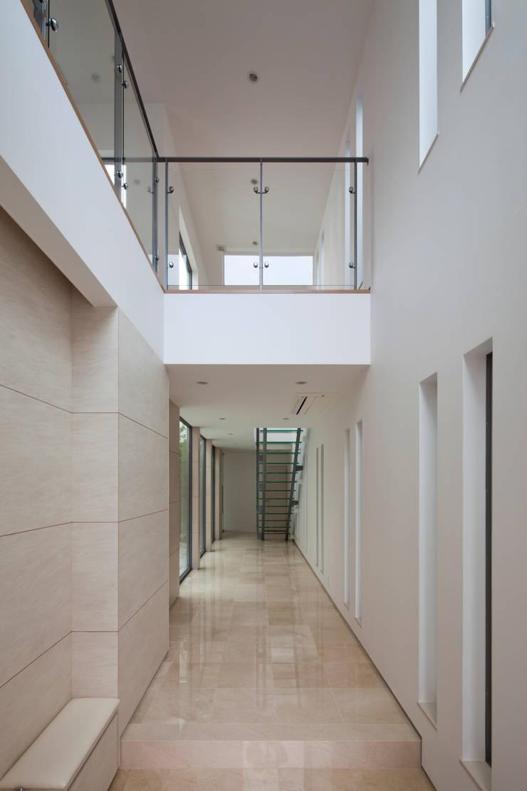 玄関: 依田英和建築設計舎が手掛けた廊下 & 玄関です。