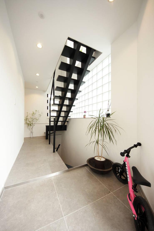 エントランス: TERAJIMA ARCHITECTSが手掛けた廊下 & 玄関です。