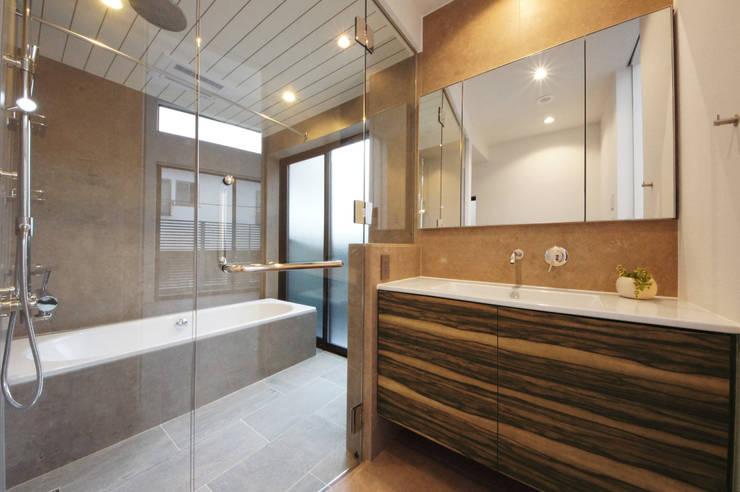 大人のためのデザインバスルーム: TERAJIMA ARCHITECTSが手掛けた浴室です。