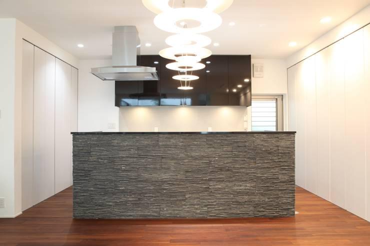 重厚感のあるキッチン: TERAJIMA ARCHITECTSが手掛けたキッチンです。