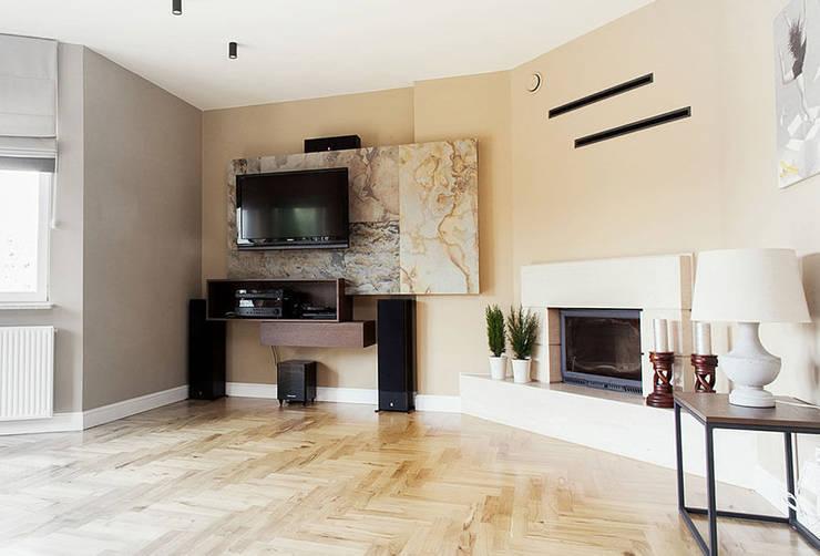 SALON KLASYCZNY WYKOŃCZONY FORNIREM KAMIENNYM: styl , w kategorii Salon zaprojektowany przez ZEN Interiors - Architektura Wnętrz