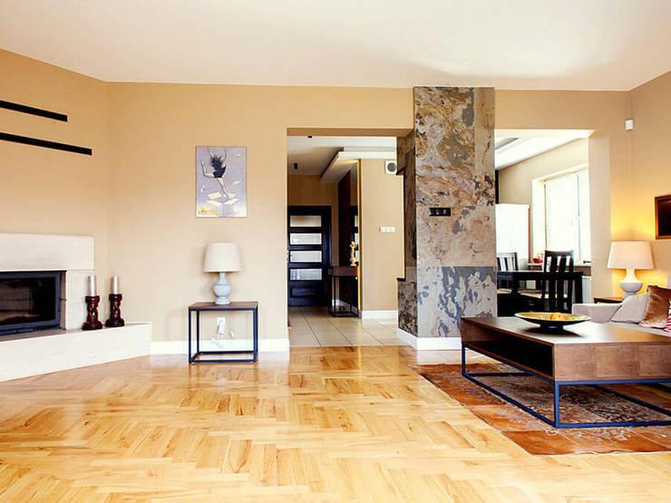 SALON KLASYCZNY WYKOŃCZONY FORNIREM KAMIENNYM: styl , w kategorii Salon zaprojektowany przez ZEN Interiors - Architektura Wnętrz,