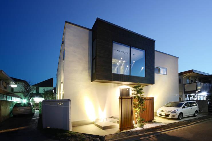夕景外観: TERAJIMA ARCHITECTSが手掛けた家です。