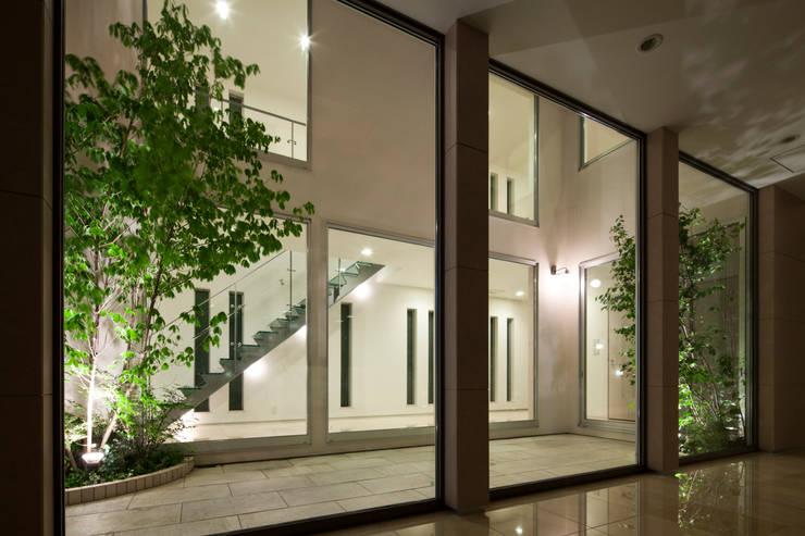 光庭の夜景: 依田英和建築設計舎が手掛けた庭です。