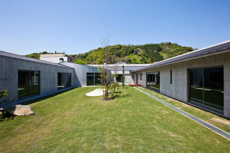 Jardines de estilo moderno por 依田英和建築設計舎