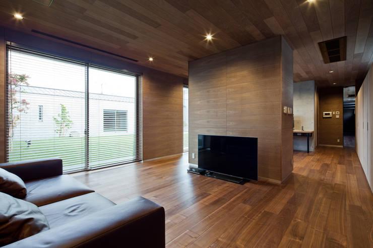 Cuartos de estilo moderno por 依田英和建築設計舎
