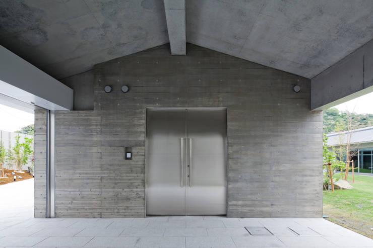 玄関: 依田英和建築設計舎が手掛けた家です。