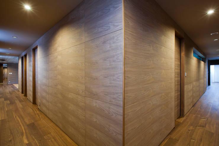 廊下: 依田英和建築設計舎が手掛けた廊下 & 玄関です。