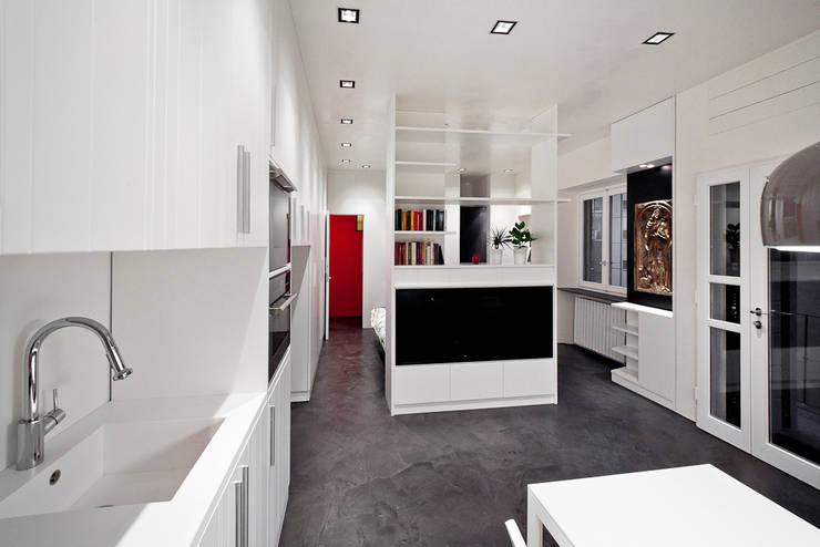 minimalistische Woonkamer door 23bassi studio di architettura