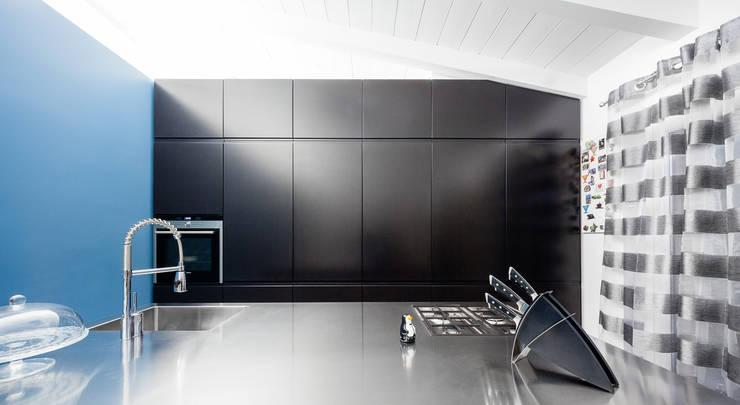 the blue whale: Cucina in stile  di 23bassi studio di architettura