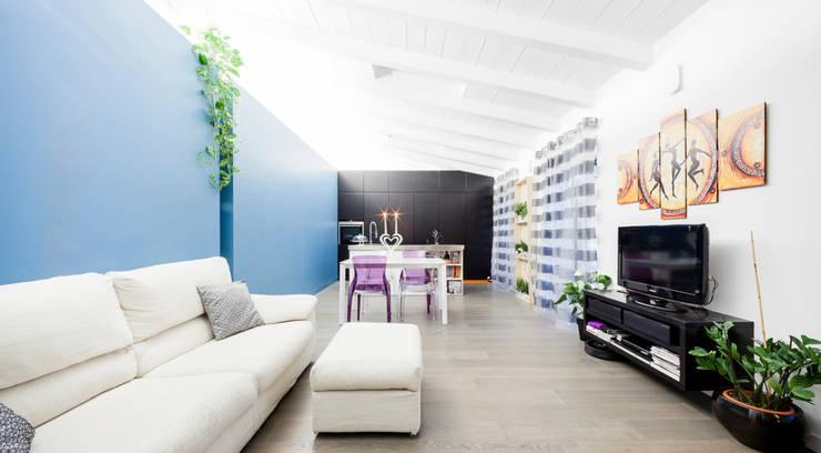 the blue whale: Soggiorno in stile  di 23bassi studio di architettura