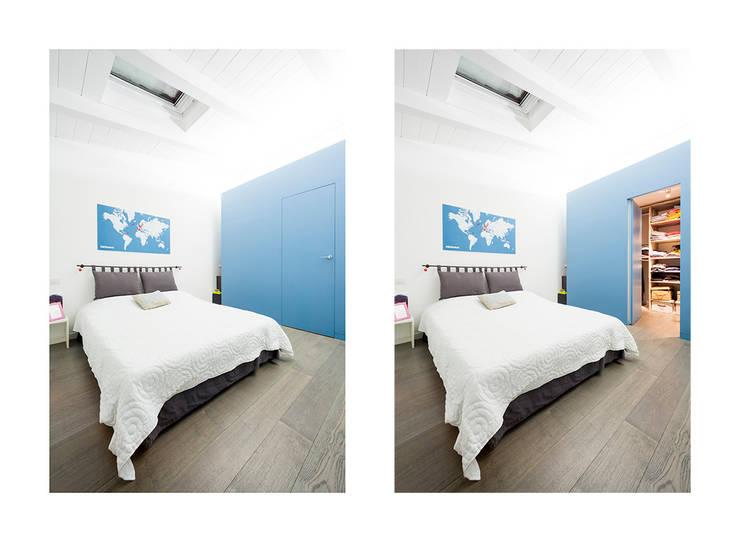 the blue whale: Camera da letto in stile  di 23bassi studio di architettura