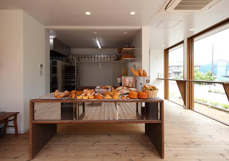 Boulangerie 粉桜 こだわりのパン工房とそのパンを焼くための活力を養う住まい: アトリエ24一級建築士事務所が手掛けたオフィススペース&店です。,