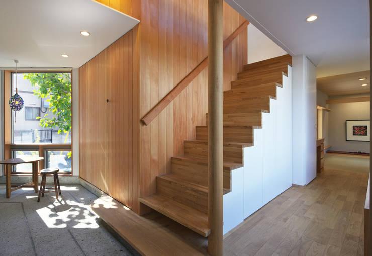 Pasillos, vestíbulos y escaleras de estilo ecléctico de かんばら設計室 Ecléctico