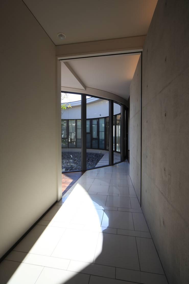 玄関から中庭を望む: MA設計室が手掛けた廊下 & 玄関です。