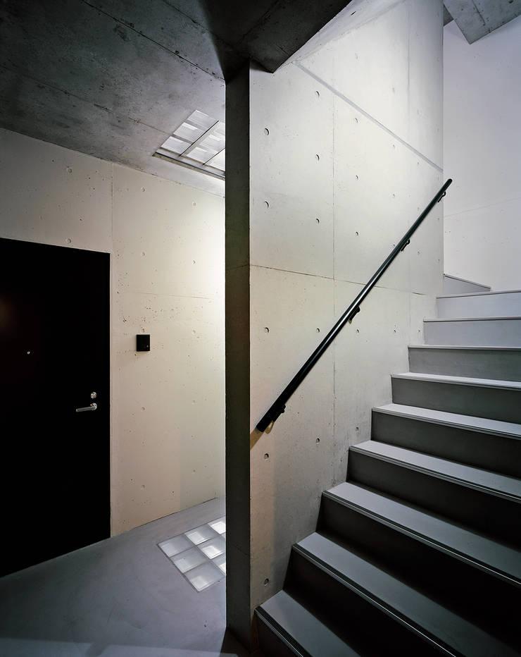 Mマンション: 中間建築設計工房/NAKAMA ATELIERが手掛けた廊下 & 玄関です。