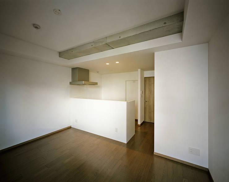 Mマンション: 中間建築設計工房/NAKAMA ATELIERが手掛けたリビングです。