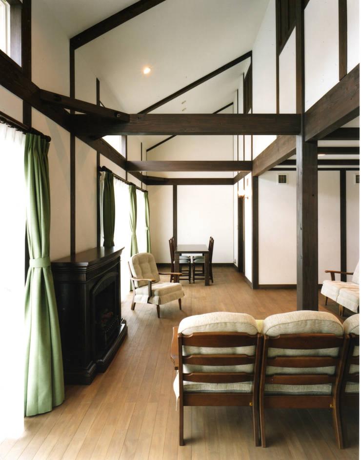 生駒の家: 中間建築設計工房/NAKAMA ATELIERが手掛けたリビングです。
