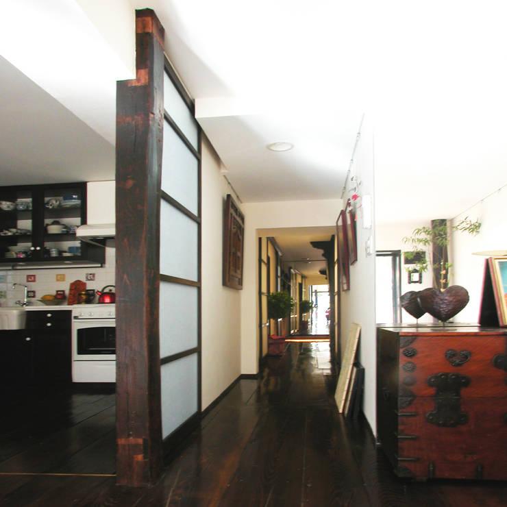 古民家の古材でマンションリフォーム: ユミラ建築設計室が手掛けた廊下 & 玄関です。,