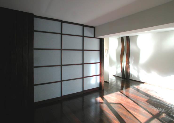 古民家の古材でマンションリフォーム: ユミラ建築設計室が手掛けたリビングです。,
