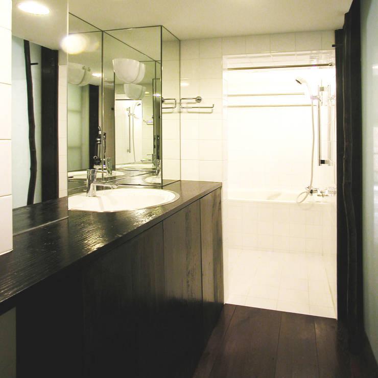 古民家の古材でマンションリフォーム: ユミラ建築設計室が手掛けた浴室です。