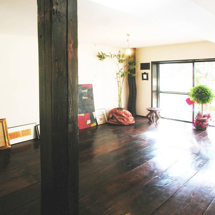 古民家の古材でマンションリフォーム: ユミラ建築設計室が手掛けた壁です。,