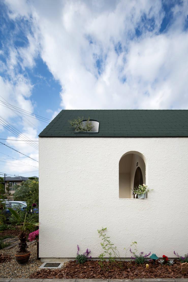 外観横: 株式会社 藤本高志建築設計事務所が手掛けた窓です。,地中海 木 木目調