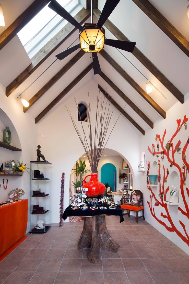 ギャラリー: 株式会社 藤本高志建築設計事務所が手掛けた壁です。,地中海 木 木目調